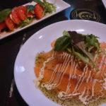 「トマトとクリームチーズのカプレーゼ」と「魚介のカルパッチョジェノバソース」